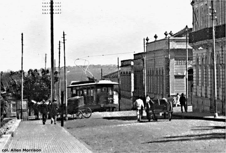 A postcard view from about 1920 of Rua Conde do Pinhal at its intersection with Rua 9 de Julho [see map]. A tram has climbed the steep hill and is turning south toward the railroad station.